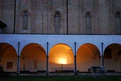 特雷维索一个历史的宫殿的内部和外在教会门廊在威尼托(意大利) 库存照片
