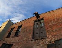 特洛伊NY在黄昏/日落的街道场面与历史建筑、交通和活动在星期五晚上 库存照片