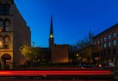 特洛伊NY在黄昏/日落的街道场面与历史建筑、交通和活动在星期五晚上 免版税图库摄影