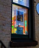 特洛伊NY美国, 4月12日, 2017街市特洛伊NY在与商店的多雨夜,酒吧、美术馆和餐馆 库存图片