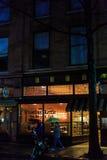 特洛伊NY美国, 4月12日, 2017街市特洛伊NY在与商店的多雨夜,酒吧、美术馆和餐馆 免版税库存照片