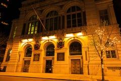 特洛伊NY美国-与花圈的音乐厅场面在晚上在冬天 库存图片