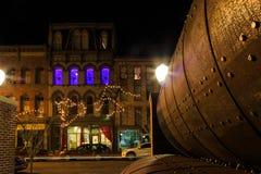 特洛伊NY美国-咖啡馆和小企业场面与五颜六色的光在晚上 库存图片