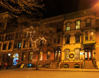特洛伊NY美国-咖啡馆和小企业场面与五颜六色的圣诞灯 库存图片