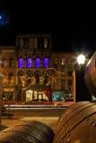 特洛伊NY美国-咖啡馆和小企业场面与五颜六色的被点燃的裙子在晚上 免版税图库摄影