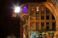 特洛伊NY美国-咖啡馆和小企业场面与五颜六色的被点燃的裙子在晚上 免版税库存照片