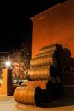 特洛伊NY美国-咖啡馆和小企业场面与五颜六色的被点燃的裙子在晚上 免版税库存图片