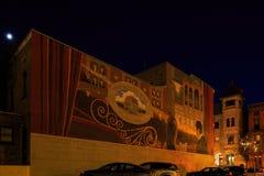 特洛伊NY美国-有墙壁上和小企业场面的音乐厅与五颜六色 库存照片