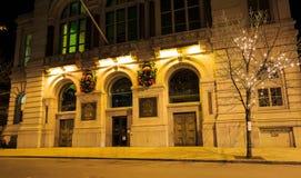 特洛伊NY美国-音乐厅和小企业场面与花圈 库存图片