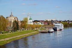 特维尔,俄罗斯-可以07 2017年 在码头的船在河终端 免版税库存图片