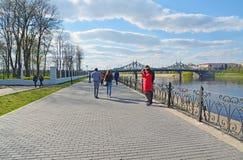 特维尔,俄罗斯-可以07 2017年 步行的通常地方在Starovolzhsky桥梁附近的堤防的 免版税库存图片