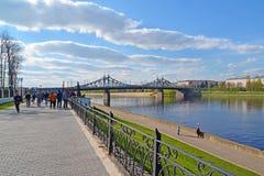 特维尔,俄罗斯-可以07 2017年 步行的通常地方在Starovolzhsky桥梁附近的堤防的 库存图片