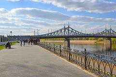 特维尔,俄罗斯-可以07 2017年 步行的通常地方在Starovolzhsky桥梁附近的堤防的 免版税库存照片