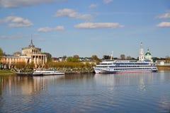 特维尔,俄罗斯-可以07 2017年 游舫和马达在码头运送在河驻地 库存照片