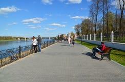 特维尔,俄罗斯-可以07 2017年 米哈伊尔Yaroslavich码头的人们  免版税库存照片