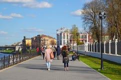特维尔,俄罗斯-可以07 2017年 米哈伊尔Yaroslavich码头的人们  图库摄影