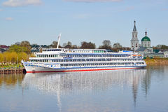 特维尔,俄罗斯-可以07 2017年 马达船码头的德米特里Furmanov在河驻地 库存照片