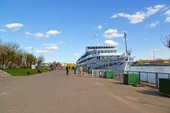 特维尔,俄罗斯-可以07 2017年 马达船码头的德米特里Furmanov在河驻地 图库摄影