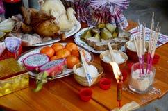 牺牲提供的食物为祈祷到神和纪念品对ancest 免版税库存照片