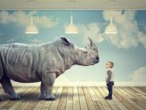 犀牛和孩子 免版税库存图片