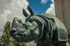 犀牛雕塑在大厦前面的在一个晴天在巴黎 库存照片