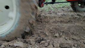 犁与拖拉机的土壤 股票视频