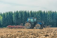 犁亩茬地的农夫的图片 免版税库存图片