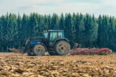 犁亩茬地的农夫的图片 免版税图库摄影