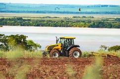 犁和准备土壤的拖拉机 免版税库存照片