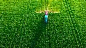 犁和喷洒在领域的农用拖拉机鸟瞰图 股票录像