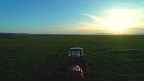 犁和喷洒在领域的农用拖拉机鸟瞰图 影视素材