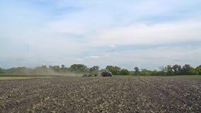 犁土地的农用拖拉机 可耕种的农田 农业行业 股票录像