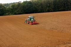 犁土壤的拖拉机 库存图片