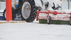犁在街道,关闭上的拖拉机雪  库存照片