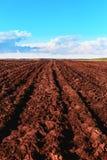 犁在领域的耕种-秋天的一个肯定的标志 免版税库存图片