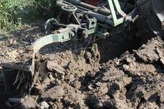 犁工作的农田 库存图片