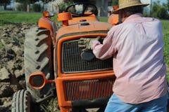 犁工作的农田 免版税图库摄影