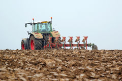 犁或耕领域的拖拉机 免版税库存照片