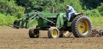 犁拖拉机的农场 免版税库存图片