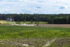 犁拖拉机的域 免版税库存图片