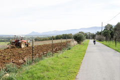 犁撒丁岛的农业拖拉机 免版税图库摄影