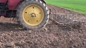 犁春天与金属耙的农业拖拉机农田 股票录像