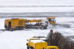 犁机器的大雪在路的工作在雪风暴期间在冬天 库存照片