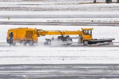 犁机器的大雪在路的工作在雪风暴期间在冬天 免版税库存照片