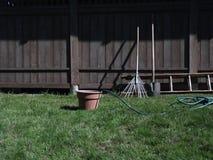 犁耙、铁锹和水管 免版税库存图片