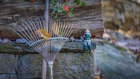 犁耙笤帚清扫一片干叶子 免版税图库摄影