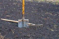 犁耙铁锹 库存照片