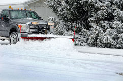 犁雪的冬天工作 免版税库存照片