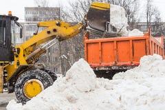 犁雪的拖拉机扫除机 库存图片