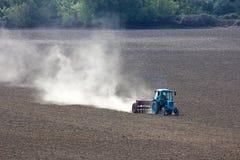 犁领域的拖拉机。 免版税库存照片